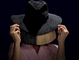 Sia avec sa perruque et son chapeau.