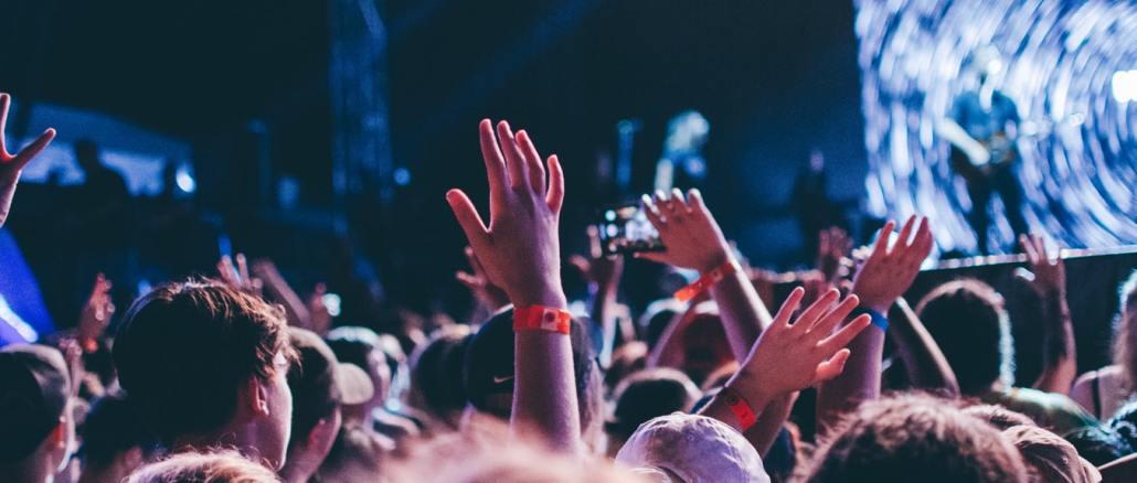 Une foule lors d'un festival.