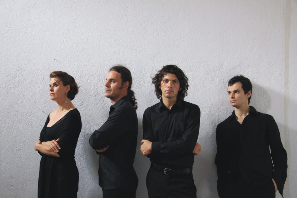 Οι άντρες (και η Romina Basso) με τα μαύρα.