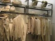 interior Zara com coleção dividida por cores e uso de prateleiras minimalistas de acordo com a imagem da marca