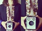 Camera strap com fita de cetim, flores, brilhantes e argola em metal