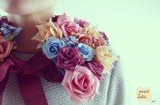 Gola de flores em tons rosa, salmão, bordeaux e azul