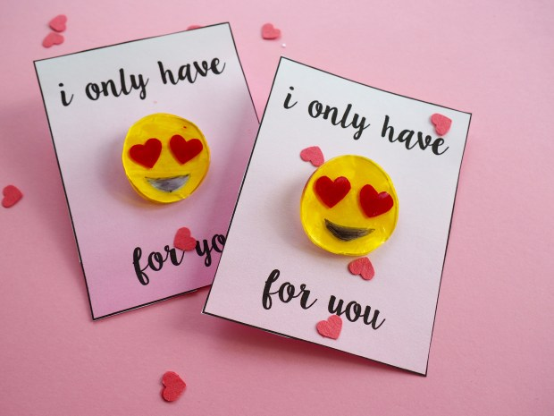 DIY emoji heart valentine with free printable | Popcorn and Chocolate