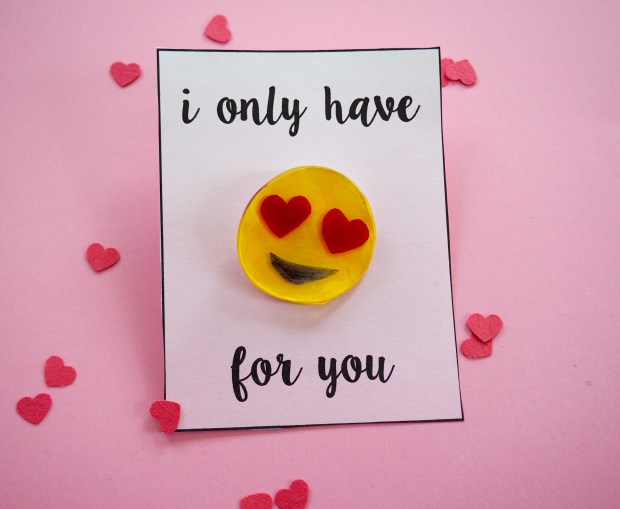 Heart eye emoji pin for Valentine's day with free printable | Popcorn and Chocolate