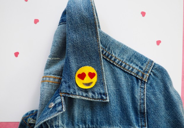 DIY valentine emoji pin with free printable | Popcorn and Chocolate