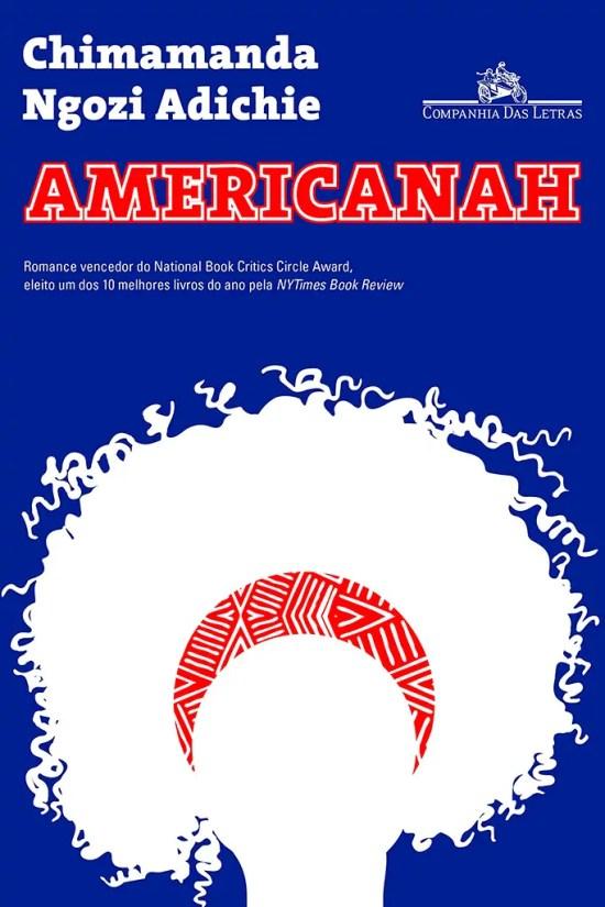 A capa do livro Americanah de Chimamanda Ngozi Adichie é composta por um fundo azul com o nome da autora em branco e o título em vermelho, para remeter a bandeira dos Estados Unidos. Logo abaixo temos a silhueta da protagonista com seu cabelo afro que representa ás questões de raça que serão abordadas no livro.