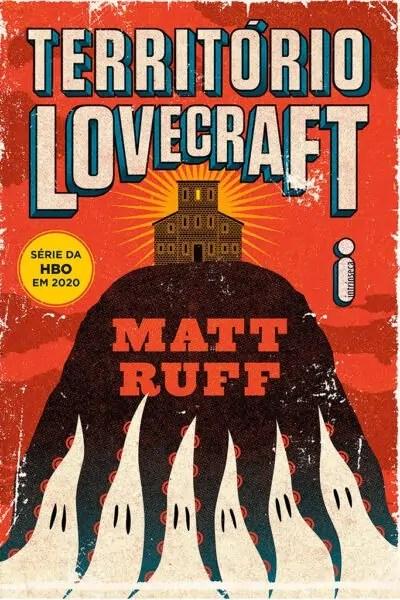 Capa do livro Território Lovecraft traz arte inspirada na cultura pulp onde se vê uma montanha com uma mansão no topo e com ilustrações que remetem a fantasmas na base, formando o desenho de tentáculos sobre a montanha.