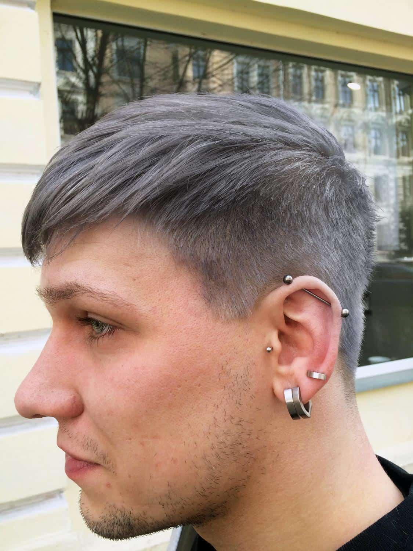 Junger Mann mit Granny Hair von der Seite  POPHAIR