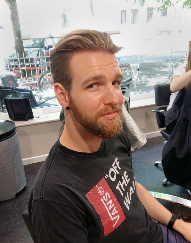 Junger Mann mit neuer kurzer Frisur  POPHAIR