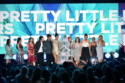 TEEN CHOICE 2016: The cast of PRETTY LITTLE LIERS onstage at TEEN CHOICE 2016 airing Sunday, July 31 (8:00-10:00 PM ET live/PT tape-delayed) on FOX at The Forum in Los Angeles, CA. ©2016 Fox Broadcasting Co. CR: Vince Bucci/FOX