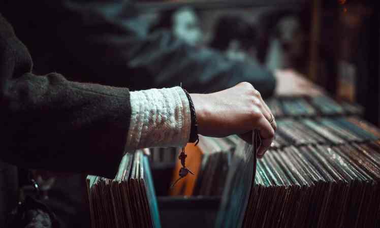 Frau durchstöbert Schallplatten