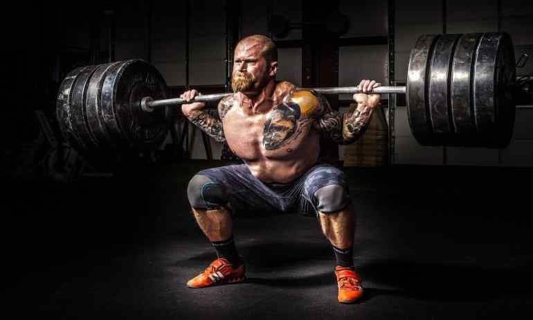 Mann stemmt Gewichte