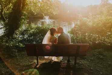 Hochzeitspaar sitzt auf einer Bank