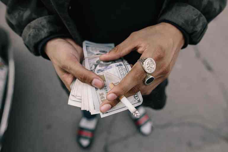 Rapper mit Geldscheinen
