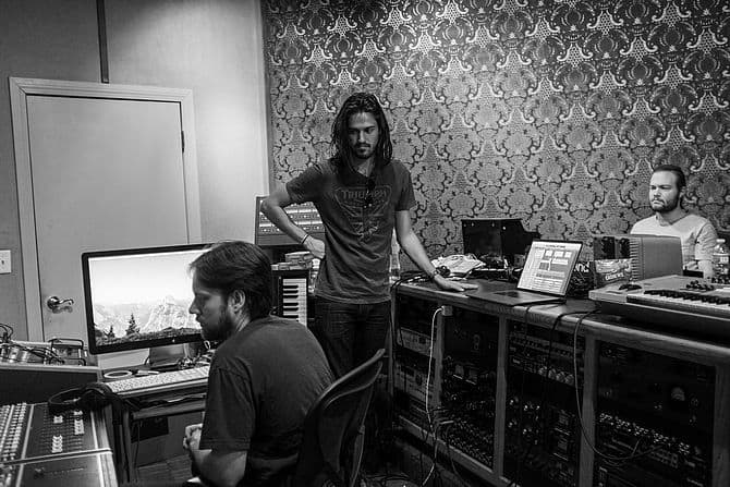 Drei Personen im Tonstudio
