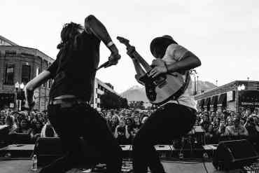 Band tritt auf einer Bühne auf