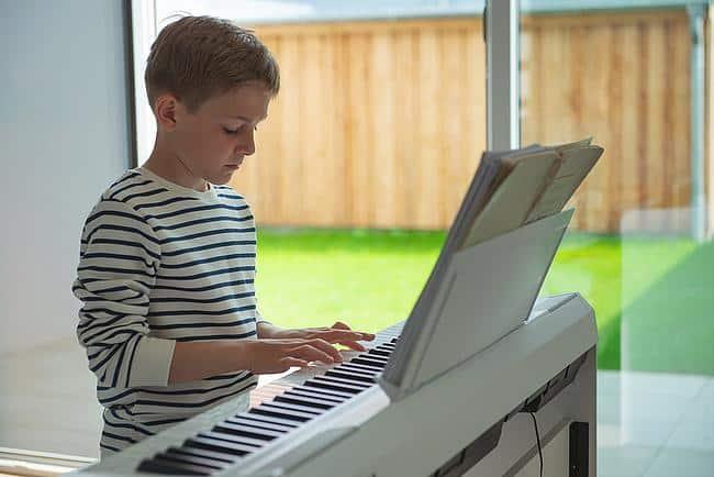 Kind spielt E-Piano