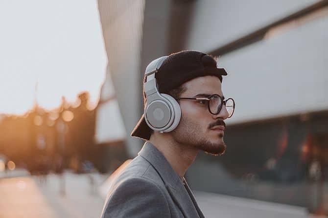 Mann mit Brille und Kopfhörer