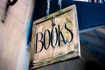"""Schild auf dem """"Books"""" steht"""