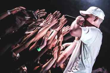 deutscher Rapper auf einer Bühne