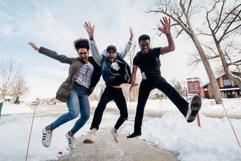 Drei Personen springen in die Luft