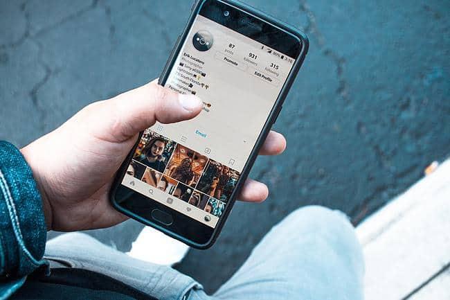 Instagram App ist auf einem Handy geöffnet