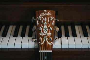 Klavier und Gitarre