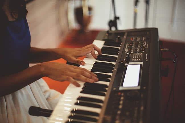 Frau spielt Keyboard