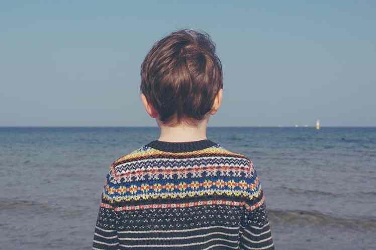 Kind von hinten