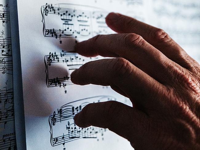 Notenblatt mit Hand