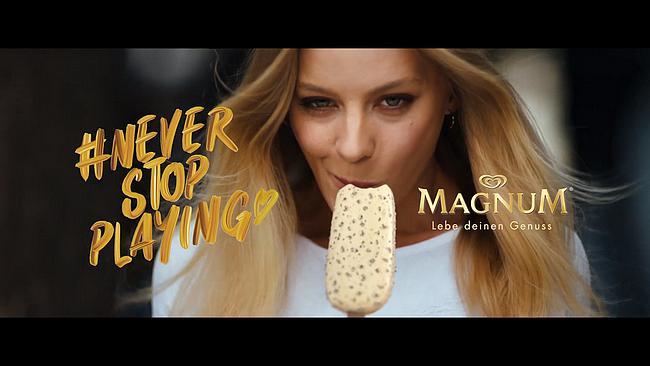 Frau mit einem Eis von Magnum