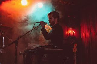 Musiker tritt in einer Bar auf