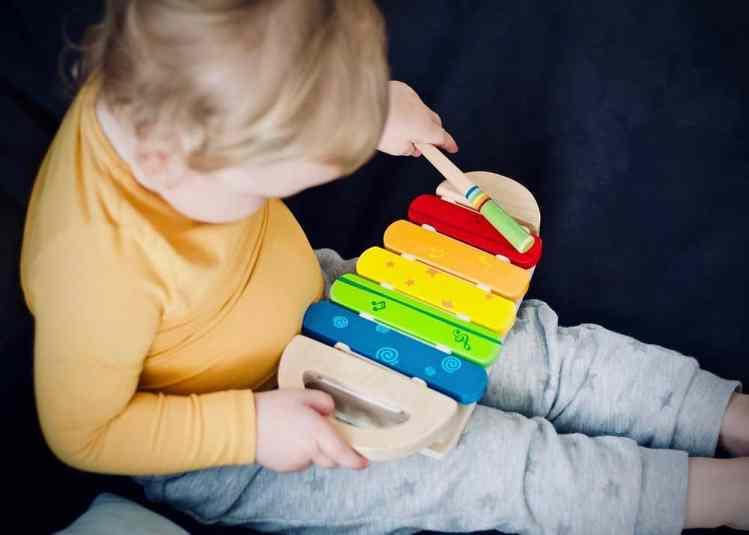 Kleinkind mit einem Instrument