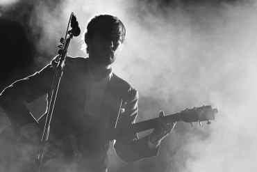 Musiker mit Gitarre Nebel Schwarz/Weiß