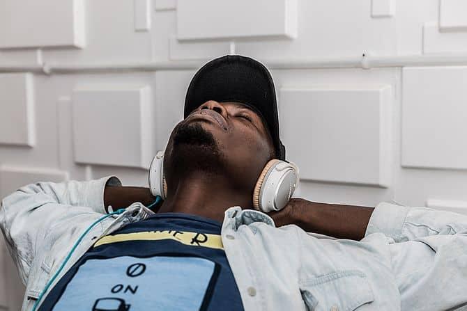 Mann entspannt mit Kopfhörer
