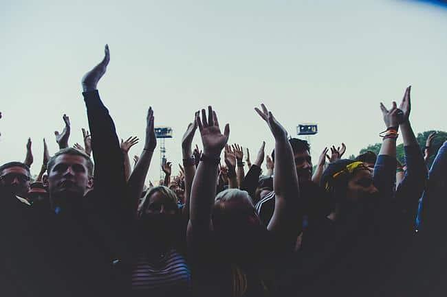 Auf einem Konzert strecken Menschen ihre Hände in die Höhe