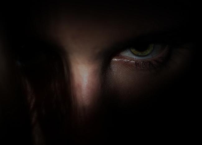 Gesicht in der Dunkelheit