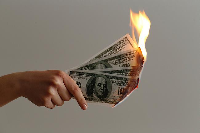 Frau hält einige Dollar-Scheine in der Hand