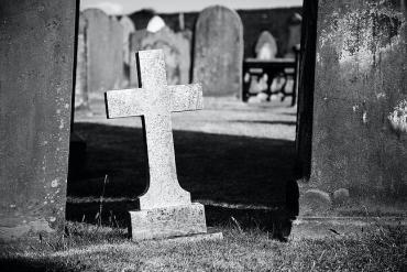 Bild eines Kreuzes auf einem Friedhof