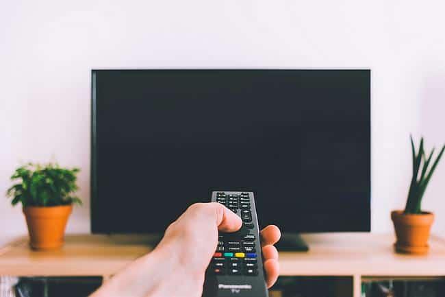 Schwarzer Fernseher + Fernbedienung