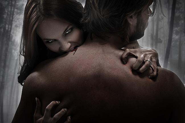 Weiblicher Vampir beißt Mann