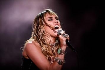Miley Cyrus, Tinderbox, TB19, TB19g, Rød Scen