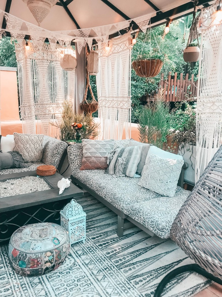#bohooutdoordecor #outdoorpatioideas #outdoorrooms #deckreveal #deck #outdoordecorideas #bohooutdoordecordeckreveal | Poplolly co.