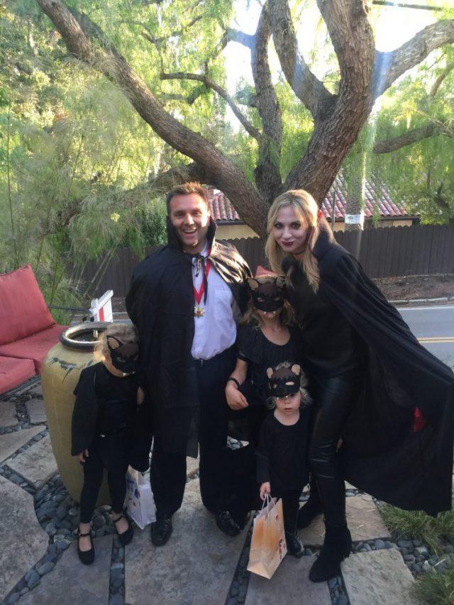 #familyoffivehalloweencostumeideas #familyhalloweencostumes #vampirecostume #halloween #funfamilycostumes #familyhalloweencostumeswithkids | Poplolly co.