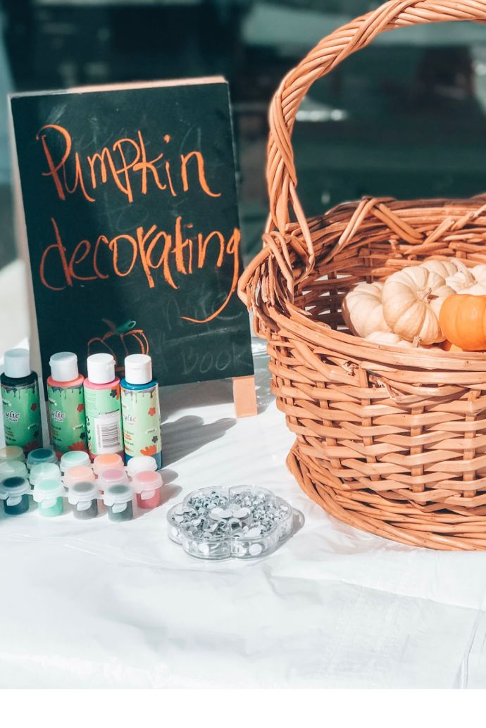 #fallbirthday #pumpkincraft #girlshowlinhalloweenparty #littlegirlshalloweenbirthday #halloweenpartyideas #halloween #halloweenbirthday #halloweenparty #birthdaypartyideas #pinkorangepartydecor | Poplolly co
