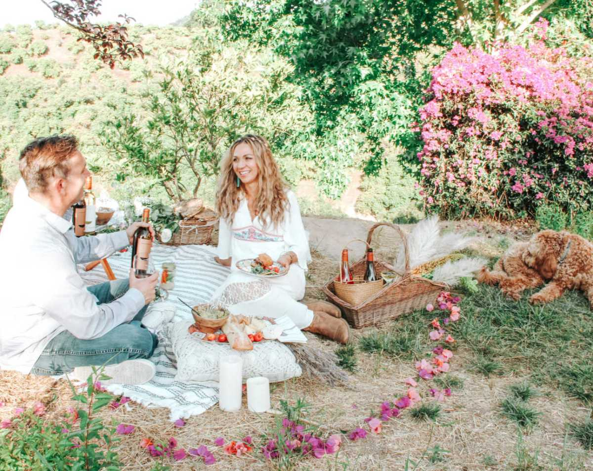 picnic date decor ideas | candles and flowers |Poplolly co