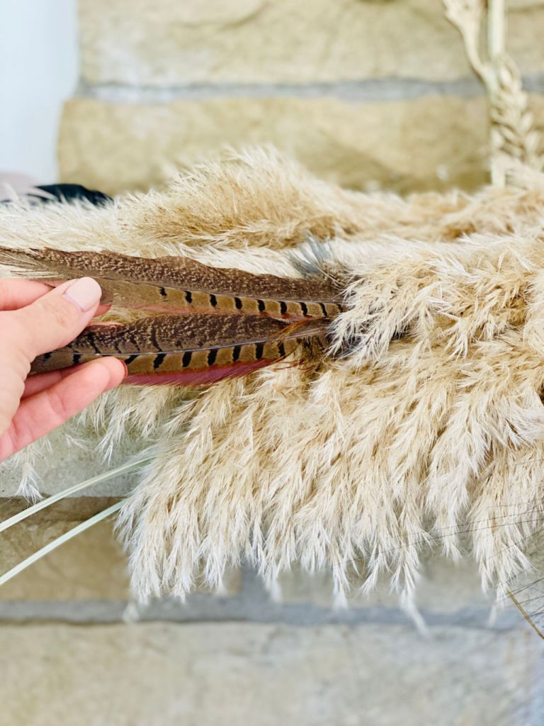 feather and pampas grass boho decor ideas | Poplolly co