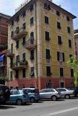 Facciata dell'edificio a cui si riferisce il portoncino
