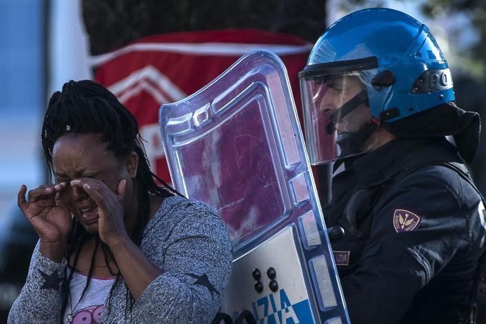 """Migranti sgomberati a Roma: """"Vergogna, vogliamo solo casa"""""""