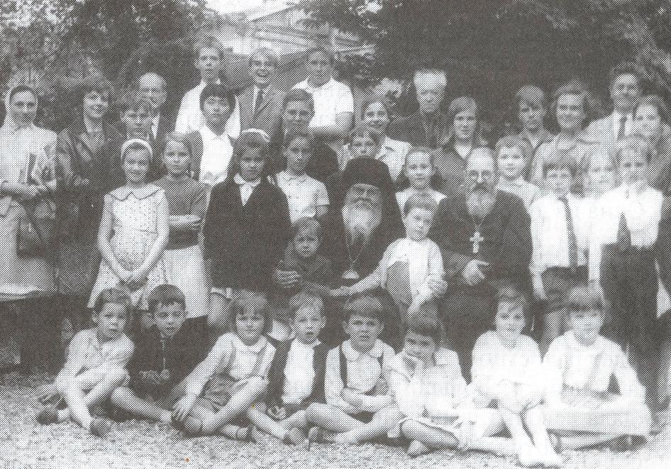 Начало 1960-х годов: владыка Мефодий (в центре) и протоиерей Александр Ребиндер с учениками приходской школы (из книги игуменьи Ольги «Воспоминания»)